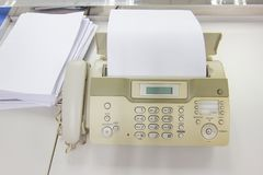Η μηχανή fax για τα έγγραφα στο γραφείο στοκ εικόνα με δικαίωμα ελεύθερης χρήσης