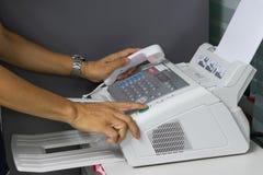 Faxmaskinen i arbetskontoret Arkivbilder
