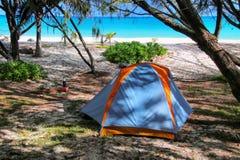 Fayaoue海滩的露营地在Ouvea盐水湖,Mouli海岛,洛亚蒂群岛,新喀里多尼亚海岸  库存照片