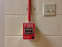 FAYETTEVILLE, NC - ОКОЛО 2019: Ручка пожарной сигнализации Notifier Хониуэлл стоковое изображение rf