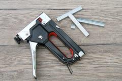 Faz você mesmo - as ferramentas dos grampeadores e do Staples DIY isoladas no foto de stock