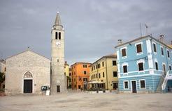 Fazana - chiesa dei san Cosma e di Damiano in un quadrato pittoresco Fotografia Stock Libera da Diritti