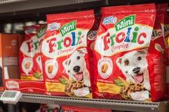 Fazem correria os pacotes da carne, o tipo francês do alimento para cães no supermercado de Cora Fotos de Stock Royalty Free
