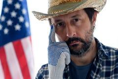 Fazendeiro americano pensativo com o dedo na testa que olha a câmera fotografia de stock