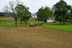 Fazendeiro Amish Filling acima do tanque líquido do estrume fotos de stock royalty free