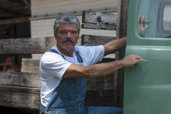 Fazendeiro ao lado do caminhão Imagens de Stock Royalty Free