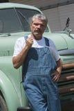 Fazendeiro ao lado do caminhão Fotos de Stock