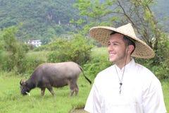 Fazendeiro asiático com um boi fotografia de stock royalty free