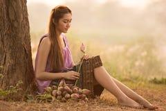 Fazendeiro bonito da jovem mulher que recolhe lótus imagem de stock royalty free