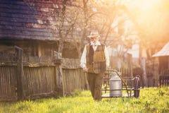 Fazendeiro com chaleira do leite imagem de stock royalty free