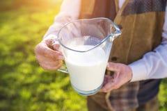 Fazendeiro com jarro de leite imagens de stock royalty free