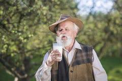 Fazendeiro com jarro de leite foto de stock royalty free