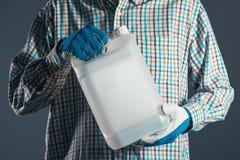 Fazendeiro com o cartucho plástico do tenk com inseticidas Imagens de Stock