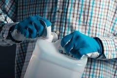 Fazendeiro com o cartucho plástico do tenk com inseticidas Foto de Stock