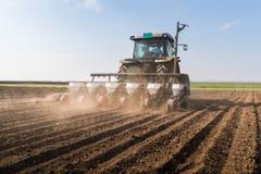 Fazendeiro com semeação do trator - a soja da sementeira colhe em f agrícola foto de stock