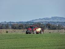 Fazendeiro Crop Spraying perto de Riddells Creek Victoria Australia imagem de stock royalty free
