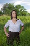 Fazendeiro da mulher em um campo entre a grama verde fotos de stock royalty free