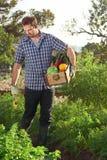 Fazendeiro e caixa de produtos frescos foto de stock royalty free