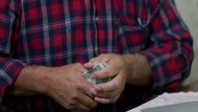 Fazendeiro e suas contas de dinheiro vídeos de arquivo