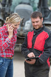 Fazendeiro e técnico que trabalham junto com a eletrônica Imagem de Stock Royalty Free