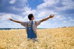 Fazendeiro em um campo de trigo Imagens de Stock