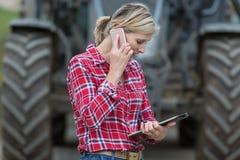 Fazendeiro fêmea que trabalha na exploração agrícola fotos de stock