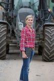Fazendeiro fêmea que trabalha na exploração agrícola Fotos de Stock Royalty Free