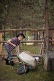 Fazendeiro fêmea Wearing Cowboy Hat Fotos de Stock