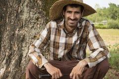 Fazendeiro feliz With Wicker Hat e faca de corte nas mãos Fotos de Stock Royalty Free