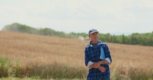 Fazendeiro masculino maduro Writing On Clipboard na explora??o agr?cola Agricultura moderna video estoque