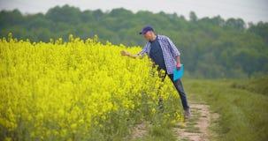 Fazendeiro masculino maduro Writing On Clipboard na explora??o agr?cola Agricultura moderna vídeos de arquivo