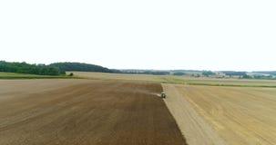 Fazendeiro moderno que cultiva o fileld com trator novo video estoque
