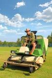 Fazendeiro Mowing o gramado imagem de stock