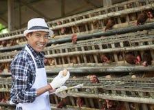 Fazendeiro na casa de galinha Fotografia de Stock Royalty Free
