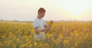 Fazendeiro novo que usa o tablet pc digital Crescimento de controlo do fazendeiro agrícola das plantas video estoque
