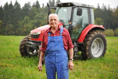 Fazendeiro e seu trator vermelho Foto de Stock Royalty Free