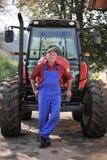 Fazendeiro e seu trator vermelho Fotografia de Stock Royalty Free