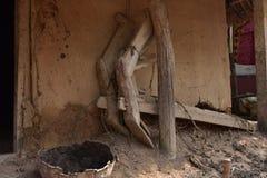 Fazendeiro pobre da vila da casa rural velha indiana da lama do fazendeiro de Odisha do arado dos fazendeiros fotografia de stock royalty free