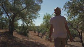 Fazendeiro que anda através de sua exploração agrícola filme
