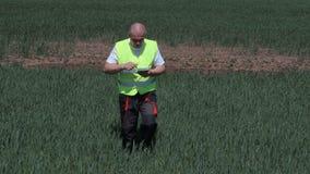 Fazendeiro que filma a seca no campo de cereal filme