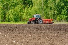 Fazendeiro que semeia colheitas no campo Imagens de Stock