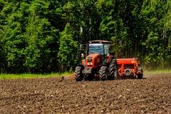 Fazendeiro que semeia colheitas no campo Fotografia de Stock Royalty Free