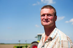 Fazendeiro que trabalha nos campos Fotografia de Stock