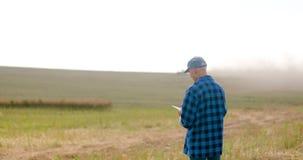 Fazendeiro que usa a agricultura digital da tabuleta filme