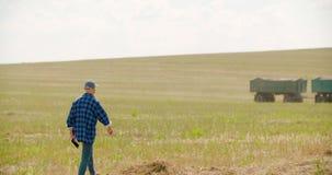 Fazendeiro que usa a agricultura digital da tabuleta vídeos de arquivo