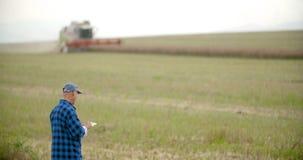 Fazendeiro que usa a agricultura digital da tabuleta video estoque