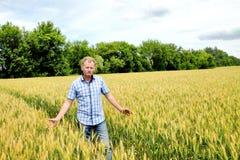 Fazendeiro que verifica o campo do feijão de soja A tecnologia original do crescimento fotografia de stock