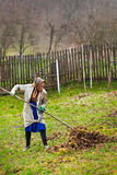 Fazendeiro sênior que spring cleaning o jardim Foto de Stock Royalty Free