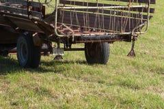 fazendeiro superior que faz feno com um trator velho fotos de stock