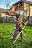 Fazendeiro superior que sega a jarda Imagem de Stock Royalty Free